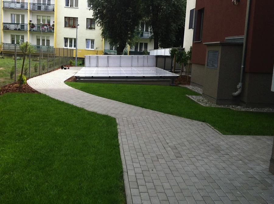 Zielona przestrzeń wokół budynku mieszkalnego
