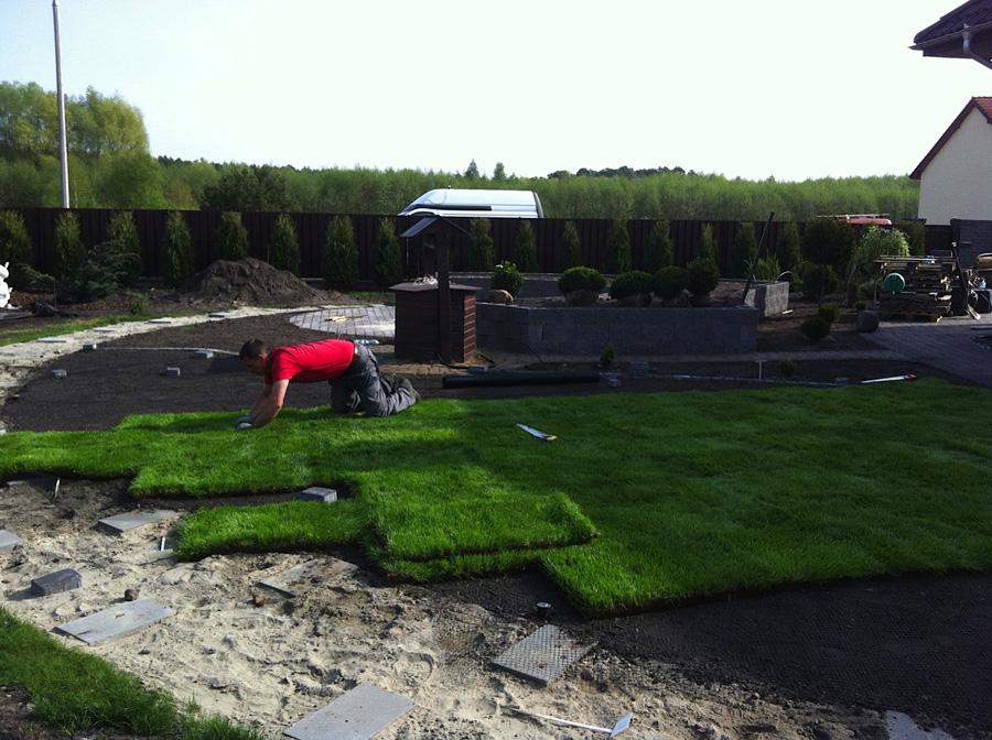 Montaż trawy z rolki